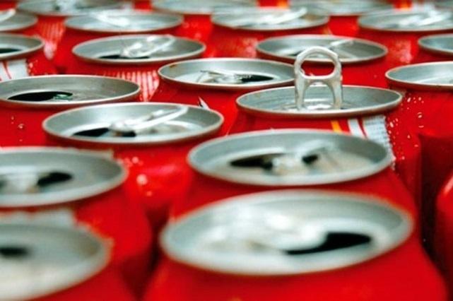 Mira los riesgos a la salud por tomar refrescos y jugos embotellados