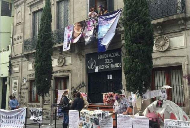 Feministas toman CNDH para refugio de mujeres violentadas