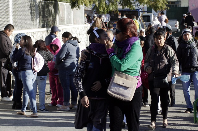 No se suspenden clases, saludos o besos en escuelas de Puebla