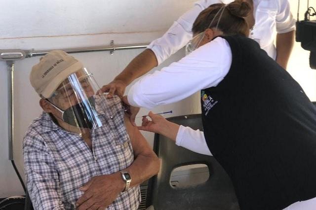 Régulo Cortés es el primer abuelito vacunado contra Covid-19 en Acatlán