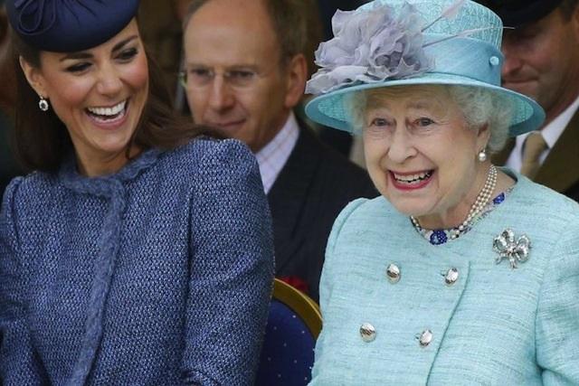 Revelan que la Reina Isabel ll tiene una mano falsa
