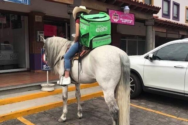 Repartidor de UBER Eats se vuelve viral por hacer entregas a caballo