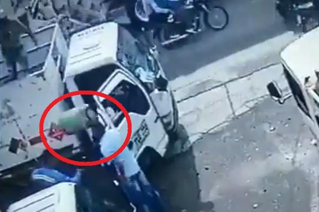 Video: Repartidor de gas lanza cilindro a cabeza de sujeto e impide asalto