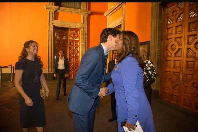 Reportera se defiende tras romper protocolo y conseguir foto con Trudeau