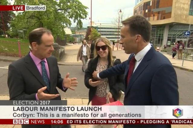 Reportero de la BBC le toca el pecho a una mujer