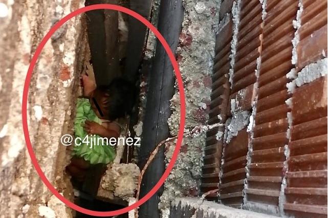 Video: Rescatan a recién nacida abandonada entre dos muros en CDMX