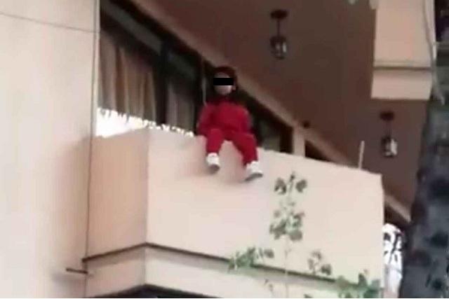 Captan rescate de una menor a punto de caer del tercer piso