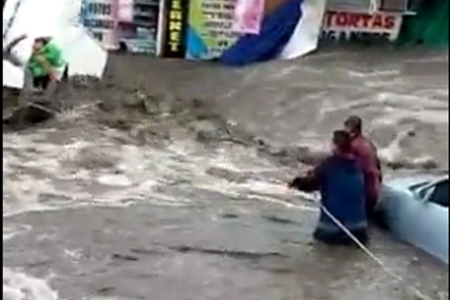Video: Rescatan bebé que quedó atrapado a causa de las inundaciones