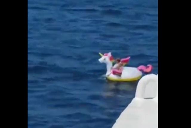 VIdeo: Rescatan a niña que estaba en flotador lejos de la playa
