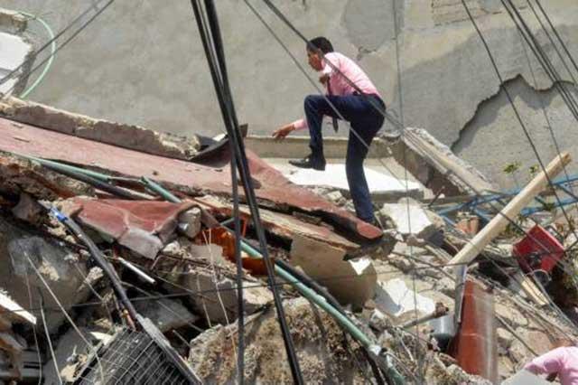Intentan rescatar a 2 mujeres en edificio derrumbado en la colonia el Centinela