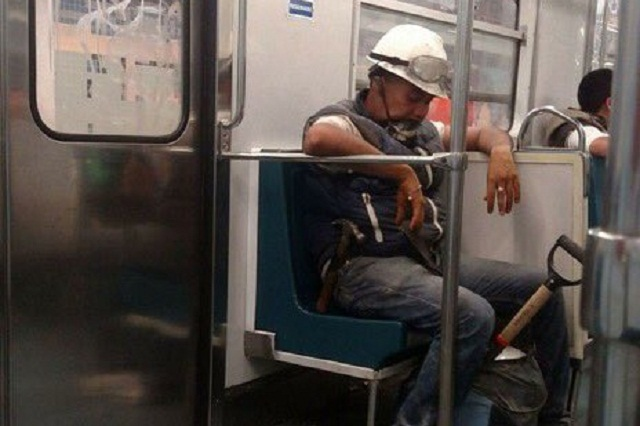 Héroe sin capa: Foto de rescatista cansado y durmiendo se viraliza