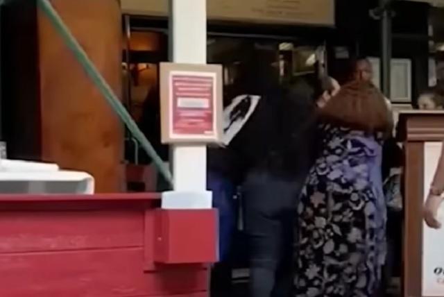 Mujeres golpean a empleada que les pidió prueba de vacunación
