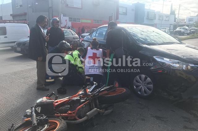 Resulta herido motociclista en choque cerca de Plaza Crystal