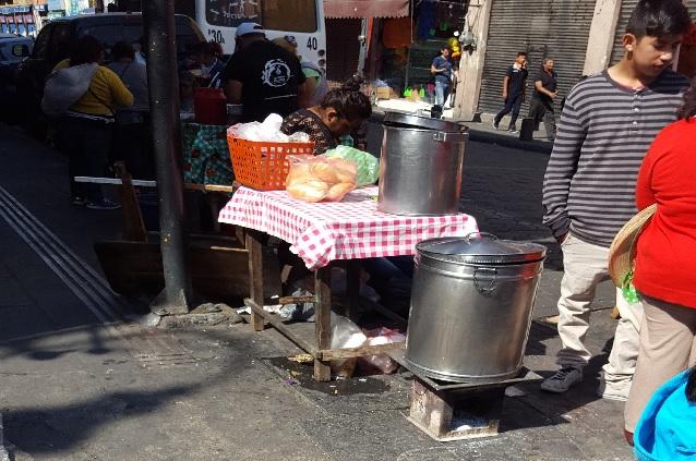 Inundan de basura y ambulantes la 3 Norte, en pleno Centro Histórico