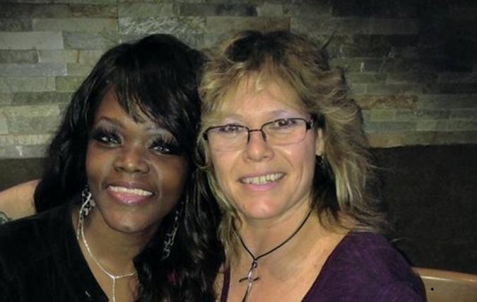 Mujer confunde a clienta de bar con Rihanna y su hija la trolea en Twitter