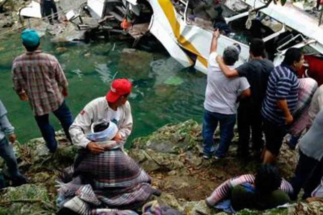 Cae camión a río en Veracruz y mueren 20 pasajeros