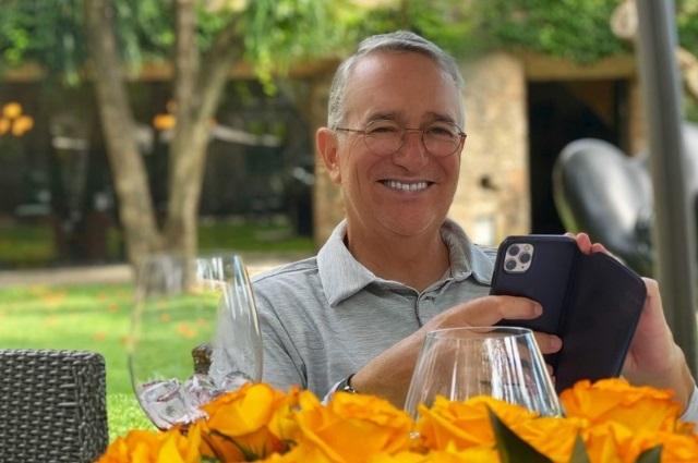 Ricardo Salinas se recupera de covid: ya quiere jugar golf