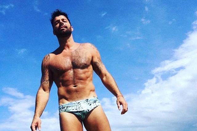 Ricky Martin se va a la playa y paraliza las redes con traje de baño