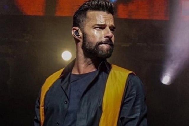 Video: Ricky Martin enciende las redes al tocar su pack