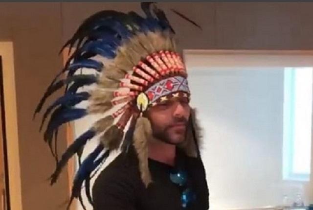 Atacan a Ricky Martin tras posar con penacho y él borra foto