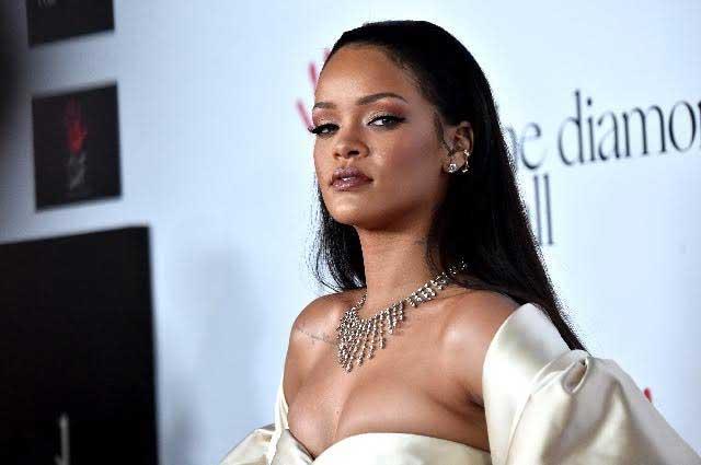 Difunden foto del beso apasionado de Rihanna a un hombre en una piscina