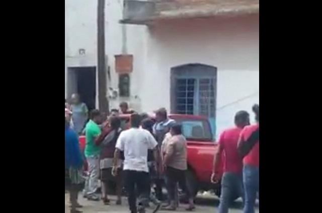 Tianguistas intentan linchar a inspectores en Atlixco