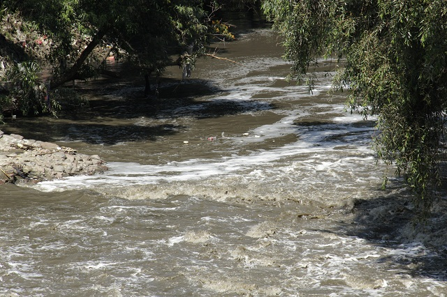 Empresas clandestinas de Puebla y Tlaxcala contaminan el Atoyac, acusan