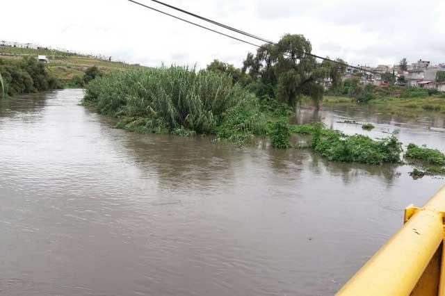 El río Atoyac se desborda al sur de la ciudad de Puebla