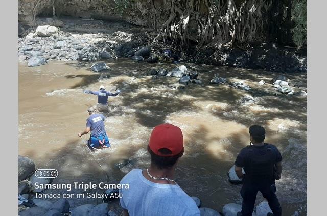 Protección Civil rescata a joven que cayo a Rio Nexapa