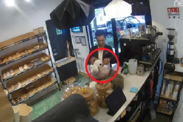 Va por pan y aprovecha para robarse el cochinito de las propinas