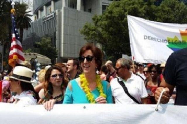 La embajadora Roberta Jacobson se une a marcha gay en México