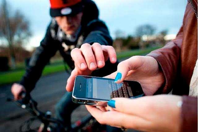 Ladrón roba celular y se esconde en comisaría