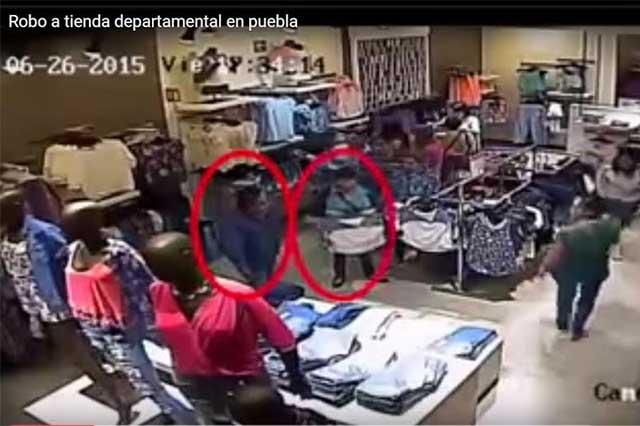 Exhiben video de sujetos que roban ropa en tienda poblana
