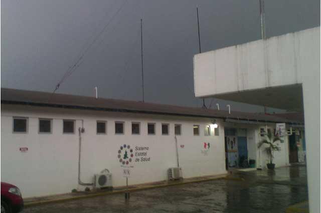 Comando irrumpe en clínica de Ayotoxco para robar una camioneta