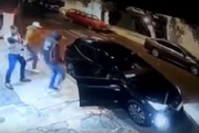 En lo que un hombre acomoda a su hijo, 3 sujetos le roban el auto