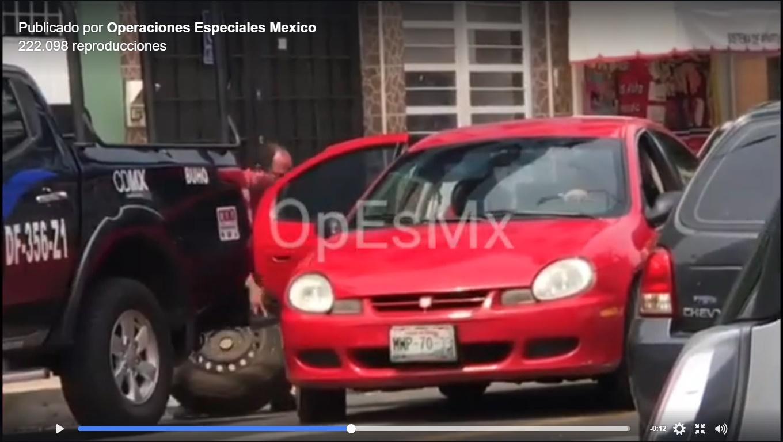 Roban llanta de refacción a patrulla de la Policía CDMX, en segundos