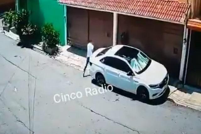 Sujeto sorprende y roba en segundos auto Jetta a una mujer