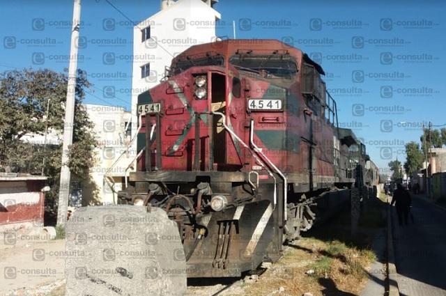Con roca detienen tren y lo saquean en Puebla Capital