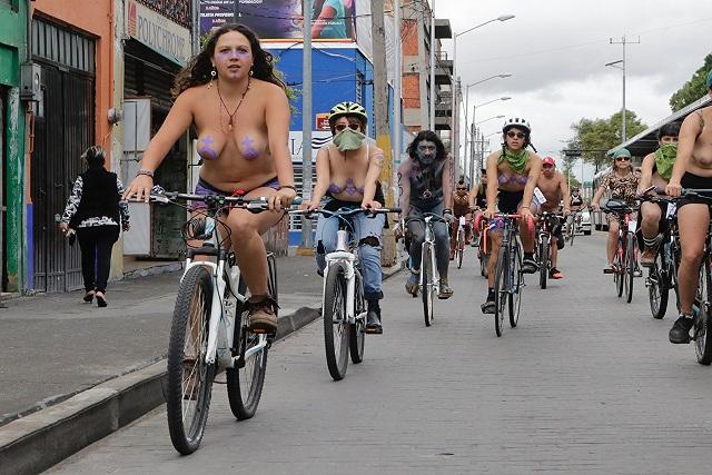 Desnudan poblanos sus cuerpos para exigir respeto a ciclistas