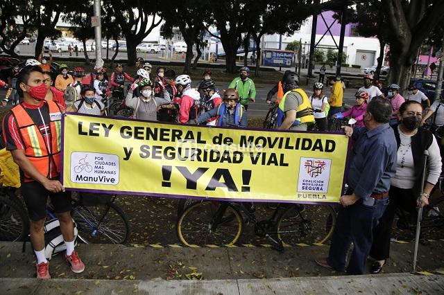 Ciclistas en Puebla exigen al senado Ley de Movilidad Segura