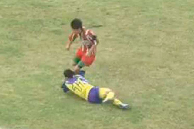Muere un jugador de futbol que recibió un rodillazo en la cabeza