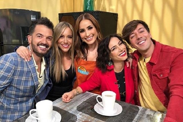 Conductor de Tv Azteca toca senos de novia de Carlos Rivera en vivo