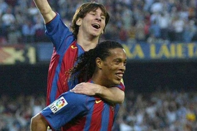 Ronaldinho felicita a Lionel Messi por su sexto Balón de Oro
