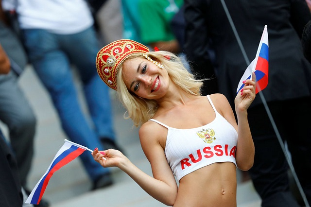 Bellas mujeres muestran su pasión por el futbol en mundial de Rusia