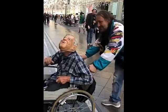 Mexicano ataca a un ruso en silla de ruedas por llevar máscara de AMLO