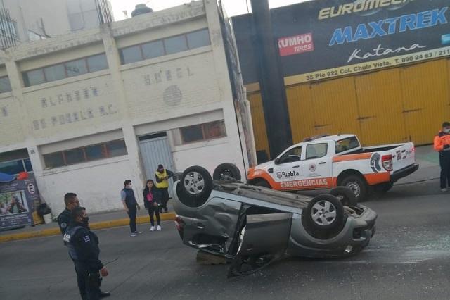 Arranca el sábado con 2 volcaduras en la ciudad de Puebla