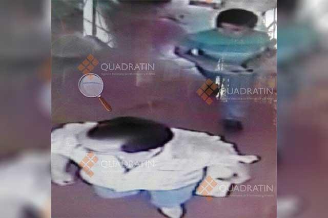 Difunden fotos del sacerdote secuestrado y un menor cuando salen de un hotel