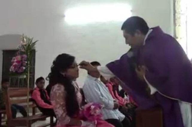 Sacerdote humilla a quinceañera durante misa