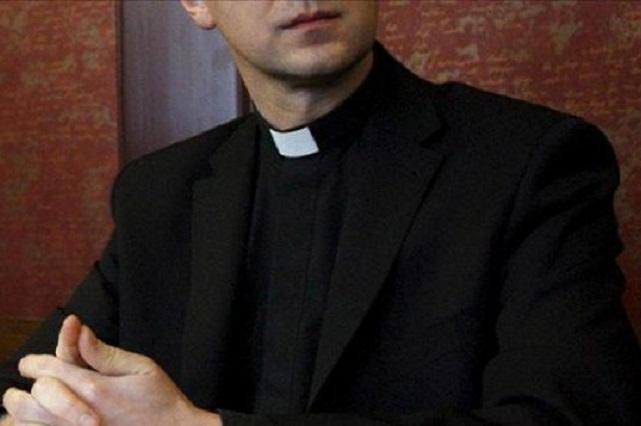 Graban a sacerdote gastando miles de pesos en prostitutas y confiesa aventuras