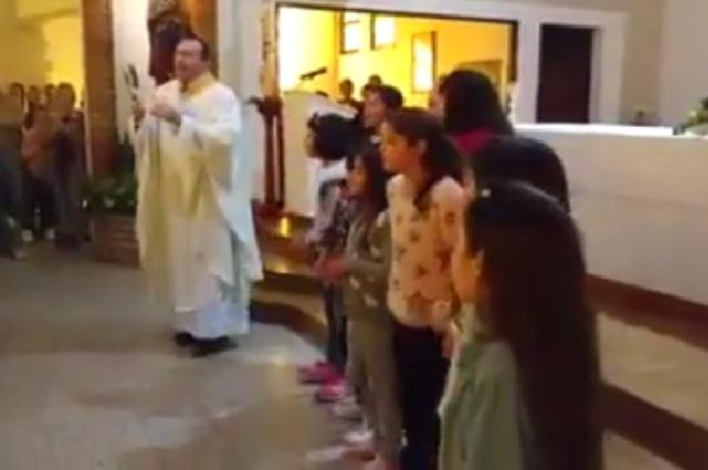 Sacerdote se une a euforia y entona en misa la canción Despacito